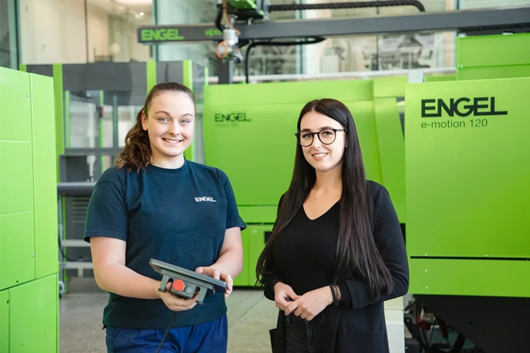 A technical apprenticeship offers promising career opportunities for girls. Apprentices can be trained in eight professions at ENGEL. Anna Spiegl (left) is completing an apprenticeship as a mechatronics technician, while Denise Lettner opted for information technology.