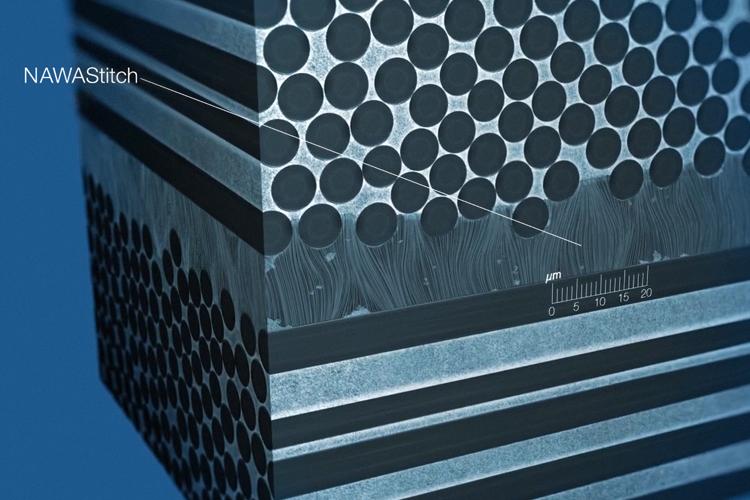 """NAWAStitch© utilise des tapis de nanotubes de carbone alignés verticalement (VACNT-Vertically Aligned Carbone NanoTubes) qui agissent comme un """"nano-velcro"""" entre les plis de fibres de carbone réduisant considérablement la délamination entre ces plis."""