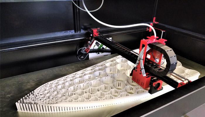 Impression du prototype de la planche sur une imprimante 3D grand format (crédits photo : Paradoxal Surfboards)