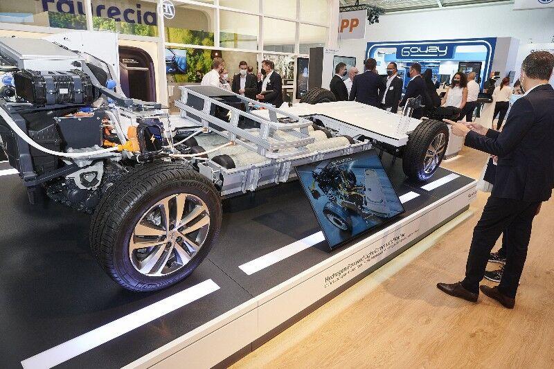 Faurecia optimise la conception des réservoirs sans compromettre les performances ou la sécurité: il utilise moins de fibre de carbone, il réduise leur empreinte CO2 en termes d'approvisionnement et de fabrication, et il rende les réservoirs entièrement recyclables.