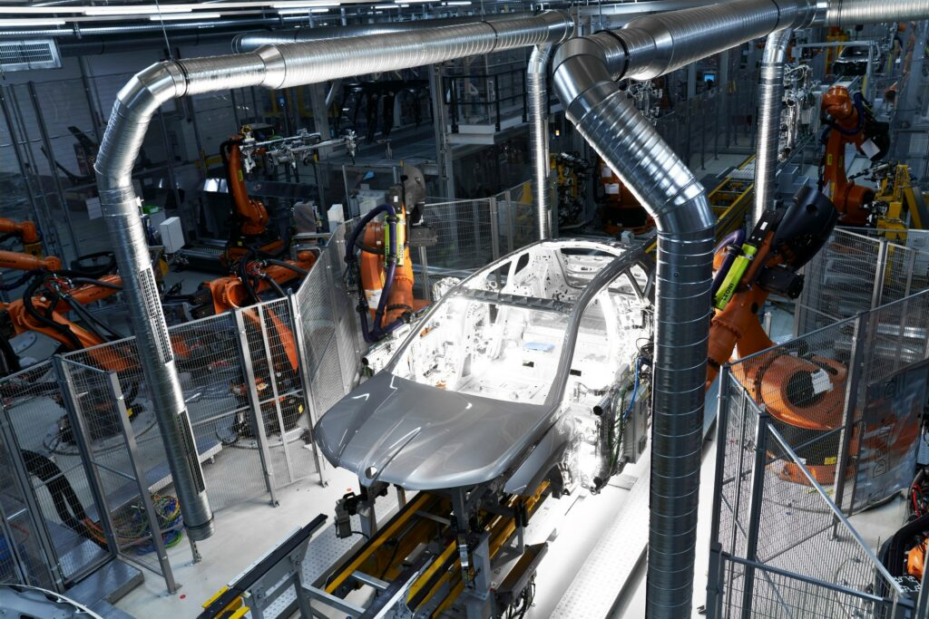"""The CFRP components for the side frame, rain channels, roof frame, cowl panel and rear window frame combine to form a """"Carbon Cagep"""" (Photo: Production at Plant Dingolfing)"""