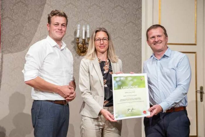State Councillor Stefan Kaineder (left) congratulating ENGEL's Vice President Marketing Ute Panzer and Günther Klammer, Vice President Recycling at ENGEL, on winning the State Environmental Award.